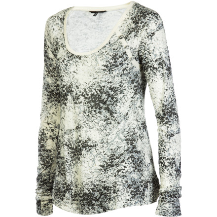 Surf The Hurley Women's Cosmos Long-Sleeve Shirt uses an exciting print and fashion detailing to help you create a look that is fun yet relaxed. Slip into this top before you head to mimosa brunches or evening beer fests when you want to look great without looking like you're trying too hard. - $33.26