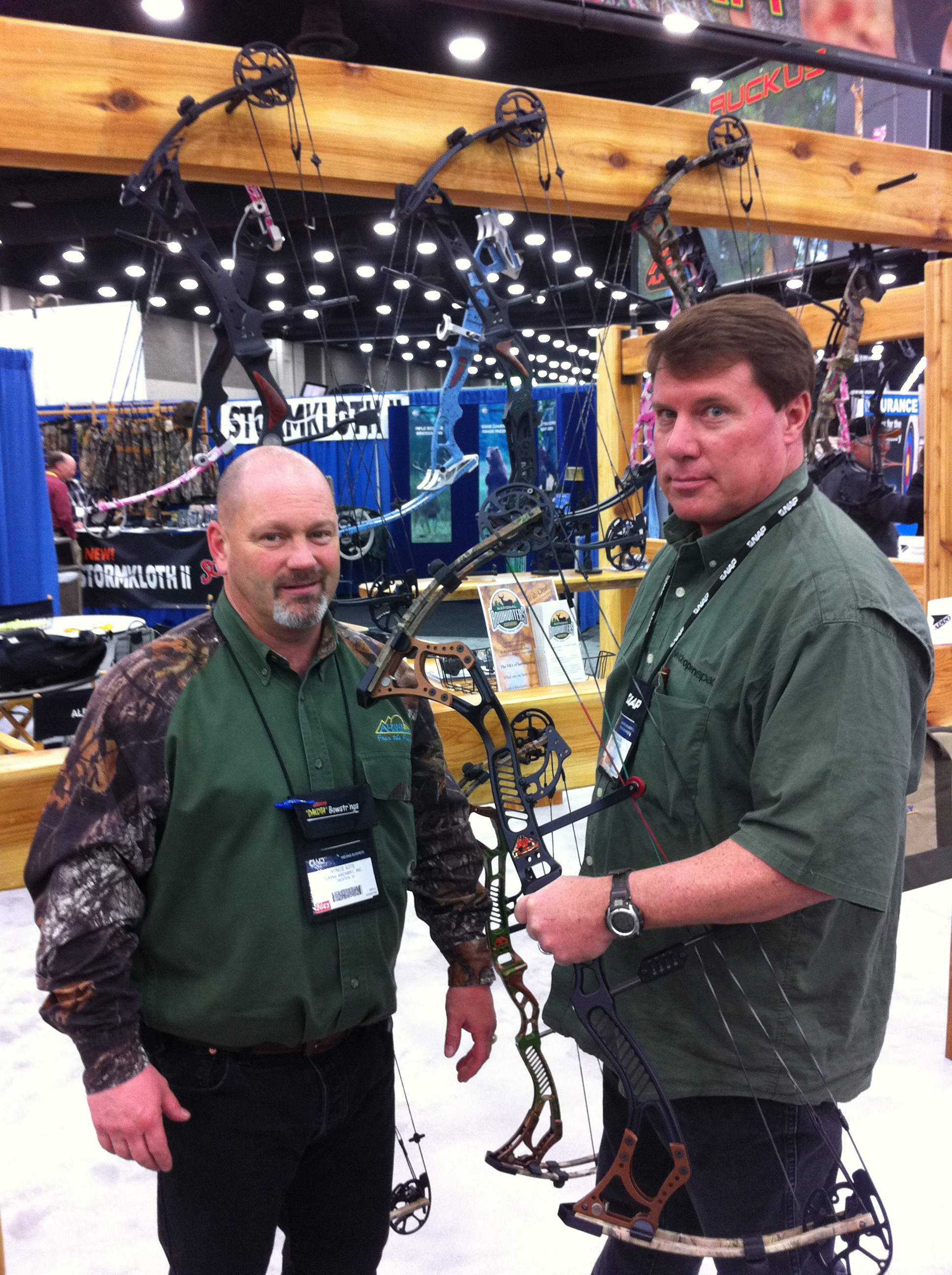 Entertainment Vince Kite of Alpine Archery inc and WOS Team member Scott checking out Alpine's newest bow, The Roxstar.