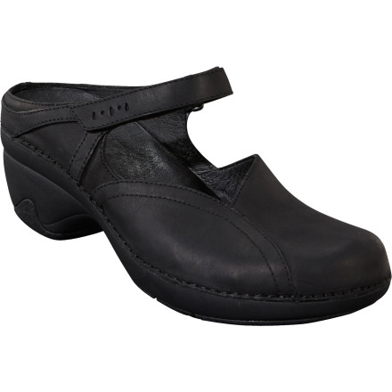 Patagonia's Women's Better Clog Curve beckons to the free-spirited adventurer who augments her active lifestyle with a conservative and functional style. Step into the Better Clog Curve and head to the local tavern to exchange stories of everything from challenging sends to photo shoots on exotic foreign beaches. - $112.50