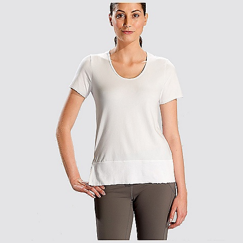 Free Shipping. Lole Women's Mukha Top DECENT FEATURES of the Lole Women's Mukha Top Short sleeve top Crossover back Rib insert at bottom Reflective logo Length: 26in. / 66 cm - $59.95