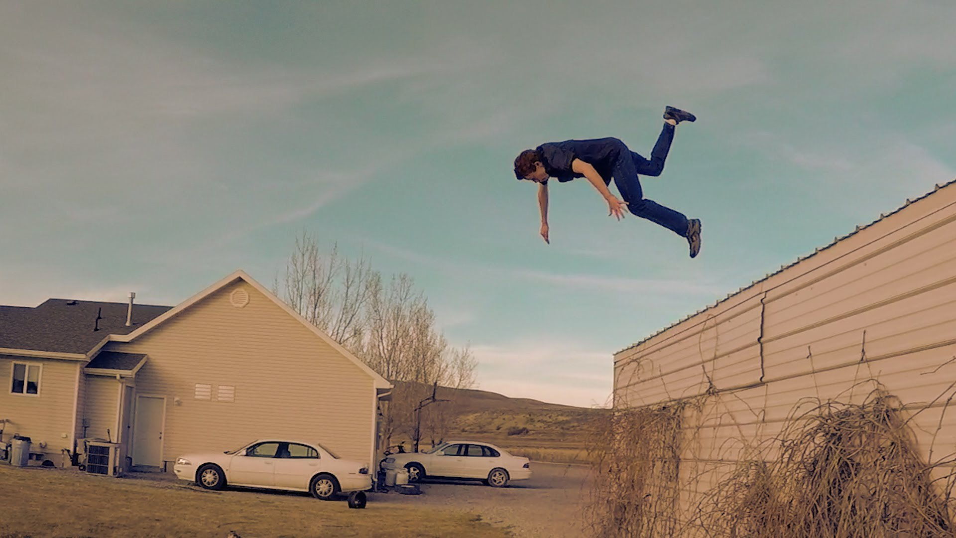 difference between parkour and freerunning To the casual viewer, the main difference between freerunning and parkour is that freerunners will use techniques like flips that are beautiful but not.