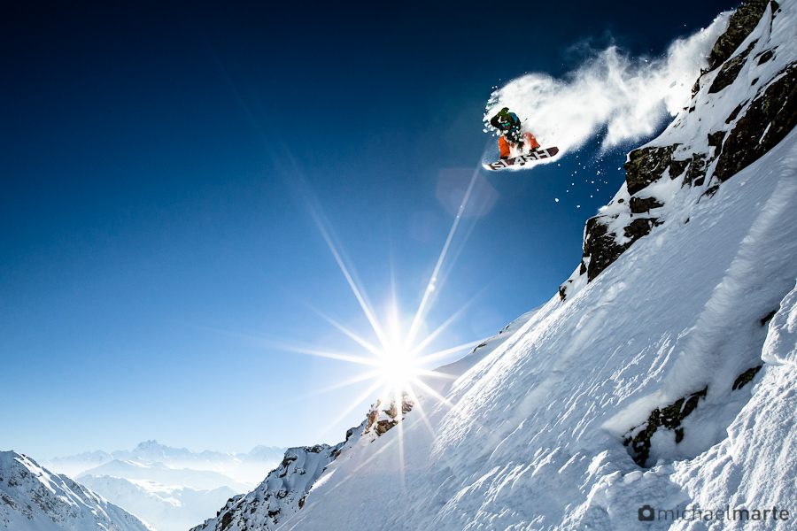 Snowboard Freerider Hannes Stüssy Stoss dropping a Cliff