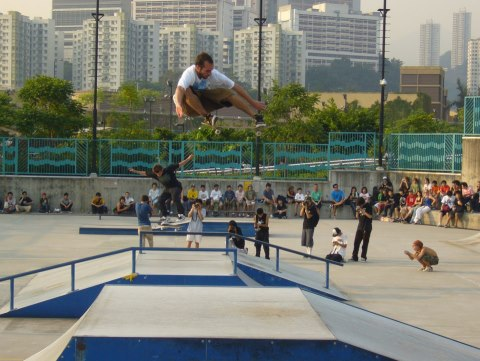 Skateboard Tensor Pro Zered Bassett floating a huge ollie
