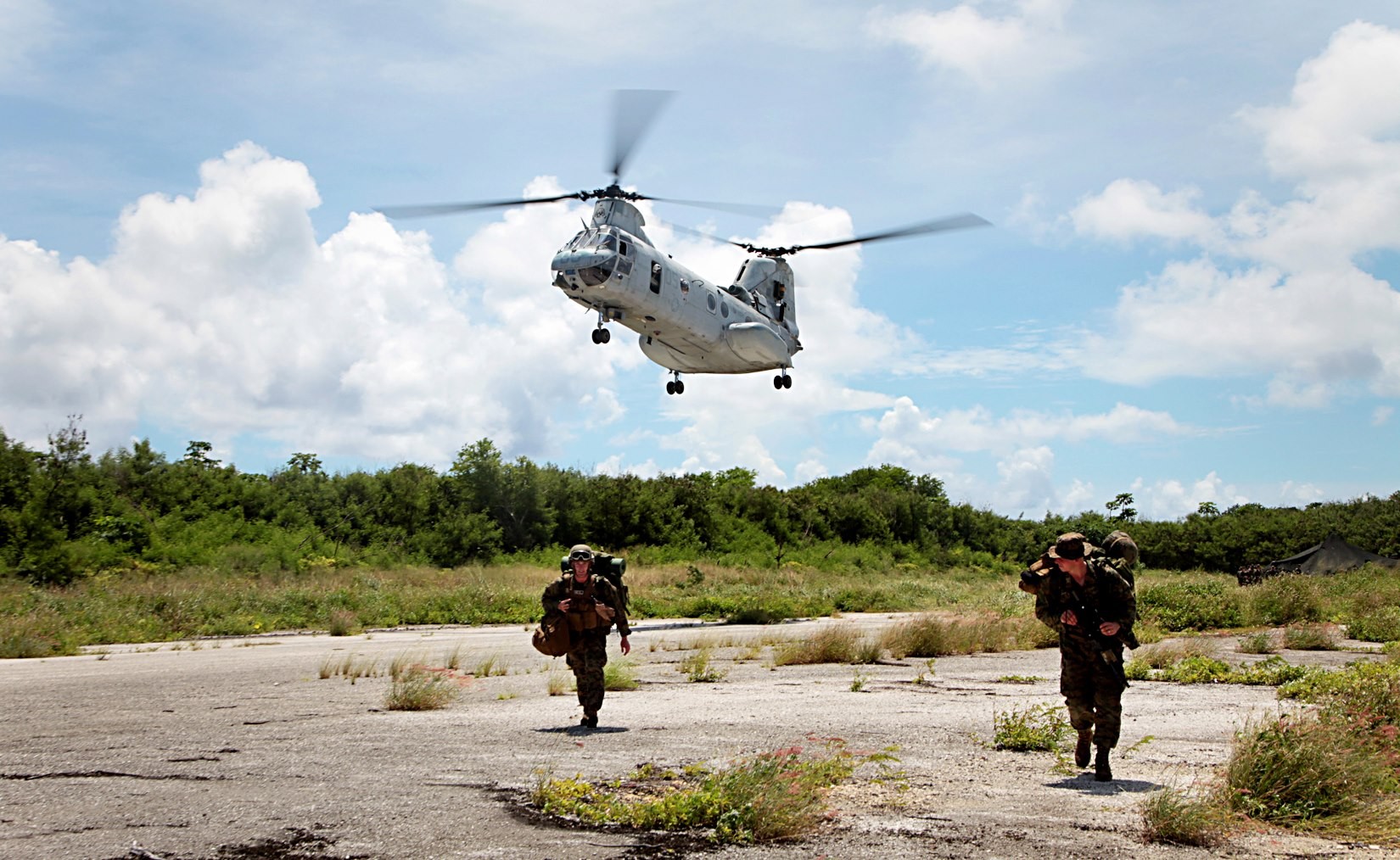Guns and Military A CH-46 Sea Knight helicopter piloted by a U.S. Marine assigned to Marine Medium Helicopter Squadron 262, Aviation Combat Element, 31st Marine Expeditionary Unit (MEU) descend on the air field in order to extract Marines who have just completed a mechaniz