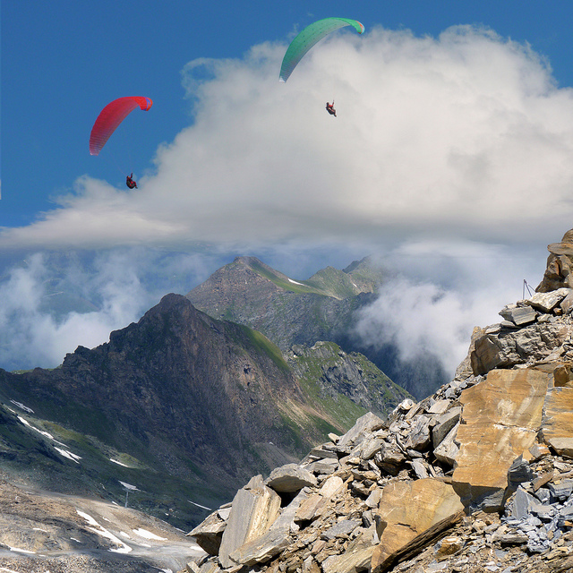 Extreme Paragliding between Heaven and Earth