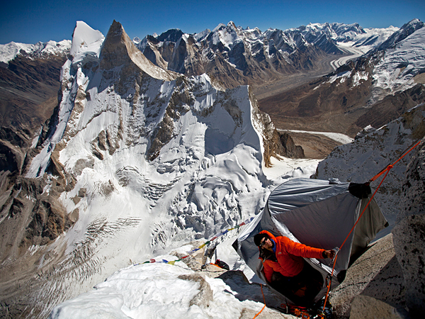 Climbing Picture of Renan Ozturk looking up the route from his highest portaledge camp