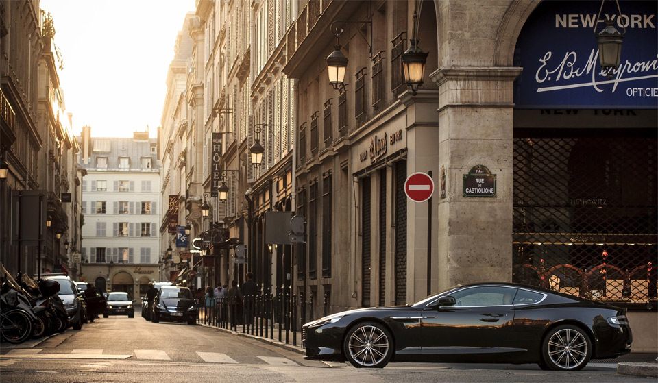 Auto and Cycle aston martin at streets of paris