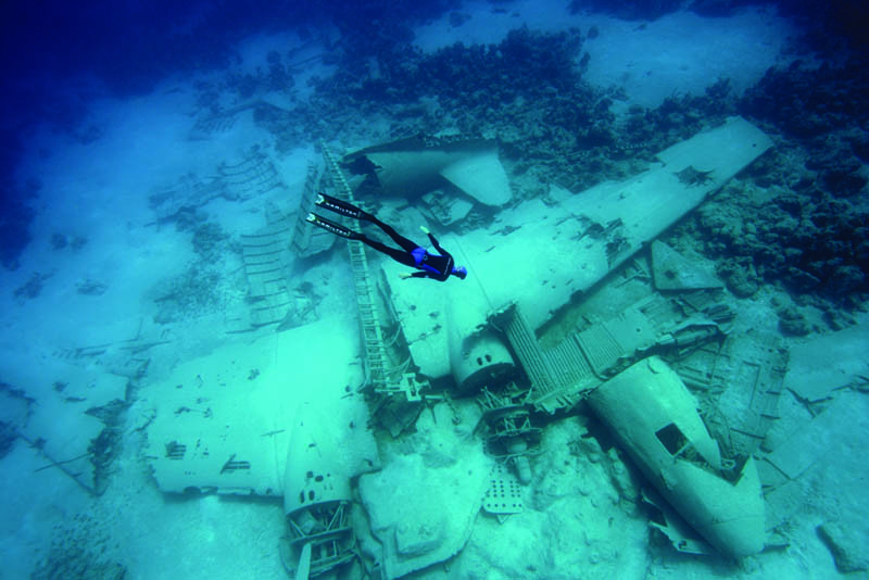 Scuba FREEDIVING AN AIRPLANE WRECK