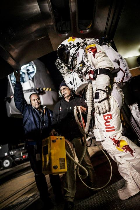 Extreme Red Bull Stratos - Il saluto di Felix  Pilot Felix Baumgartner of Austria salutes on his way to his capsule during the preparation for the final manned flight of Red Bull Stratos in Roswell, New Mexico, USA on October 6, 2012. In the backgroun: high perfo