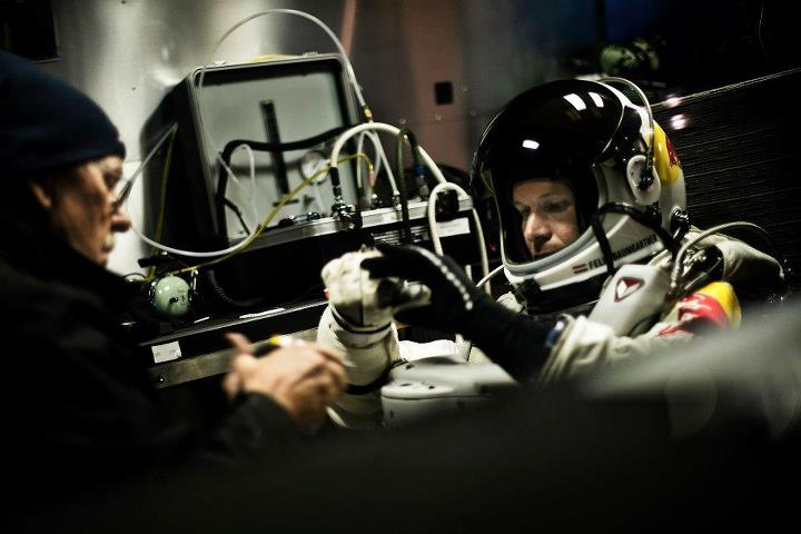 Extreme Red Bull Stratos - Tecnologia  Pilot Felix Baumgartner of Austria puts on his gloves with the help of life support engineer Mike Todd of the United States during the preparations for the final manned flight of the Red Bull Stratos mission in Roswell, New