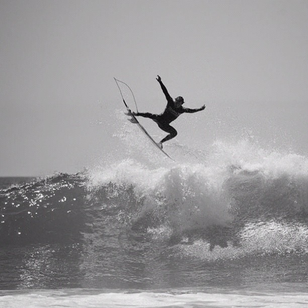 Surf Yadin Nicol soaring to a Round 1 victory at the #HurleyPro. Go to surfermag.com to see today's highlights. Photo: @grantellis1 #surfer #surferphotos http://instagr.am/p/PqNzQvLrVN/