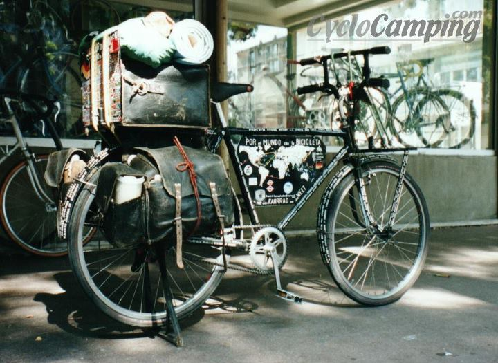 When I met Heinz for the first time in Paris, he was still biking on his old, single-speed, 25 kg-bicycle for the past 40 years. He was just about to get another bike from a sponsor (which he didn't end up to use much). At that point his old bike had been