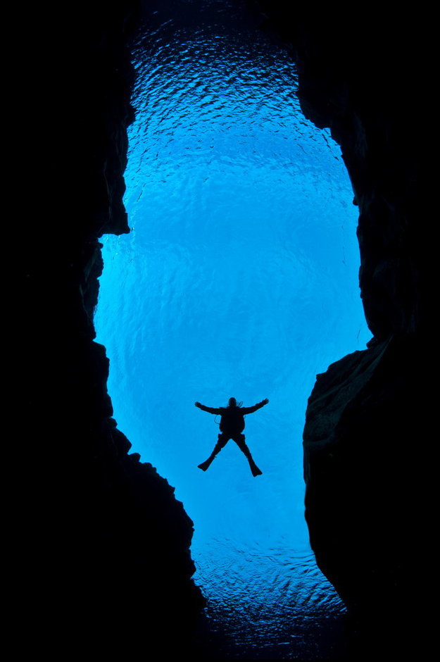 Scuba The gap between Europe and the United States is widening - by one inch a year. These spectacular underwater photographs show the vast gap between the two tectonic plates, as seen by a British scuba diver.Alex Mustard, 36, dived 80 feet into the crevice be