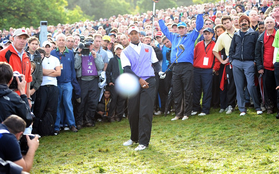 Golf TIGER WOODS FLUFFS HIS RECOVERY CHIP ONTO THE 18TH GREEN AND THE BALL ACTUALLY HITS ME AND MY CAMERAS