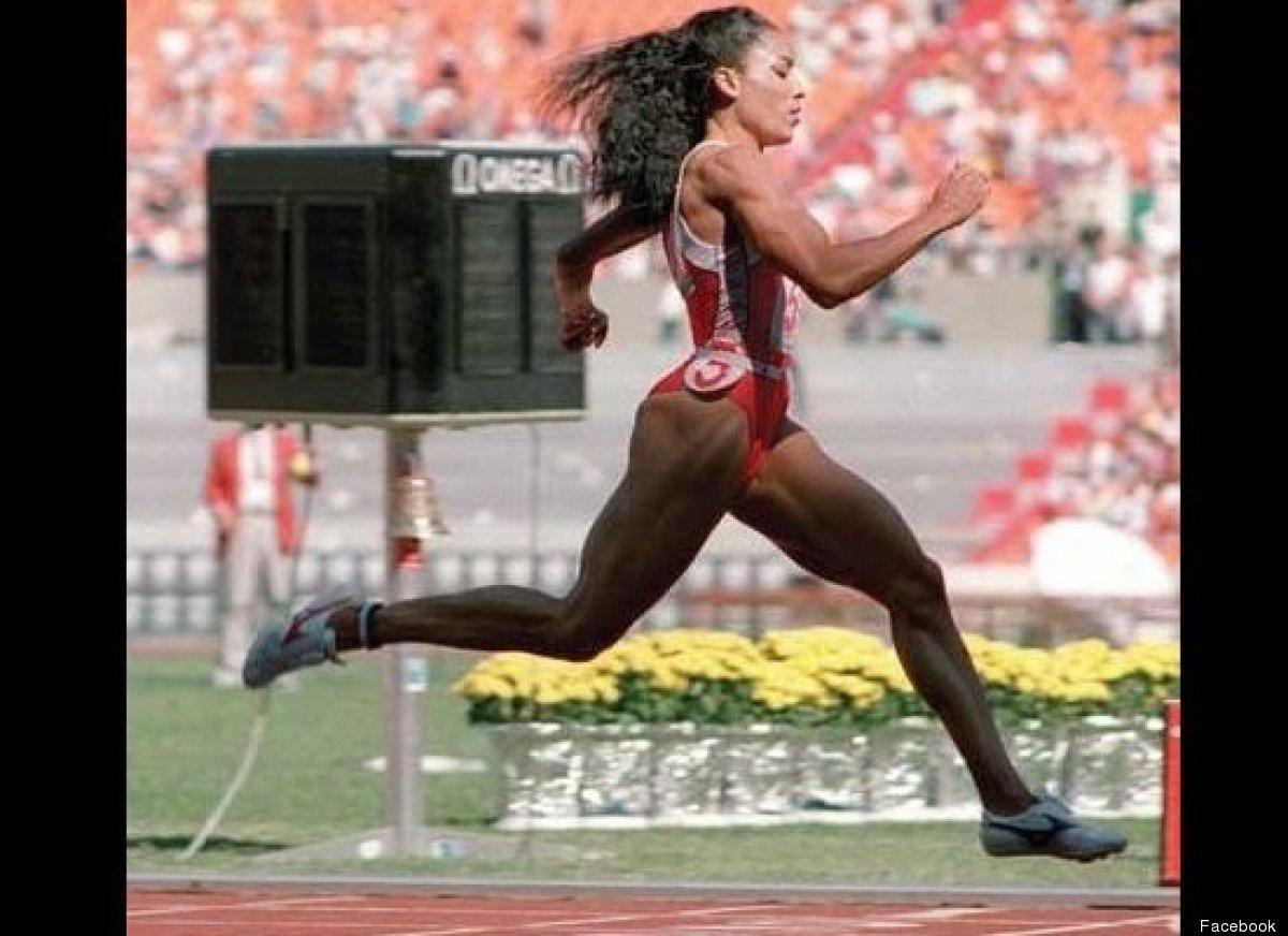 Темнокожая легкоатлетка с длинными ногтями 10 фотография